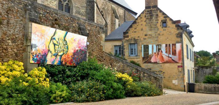 Exposition de grandes toiles dans les rues du village tout l'été